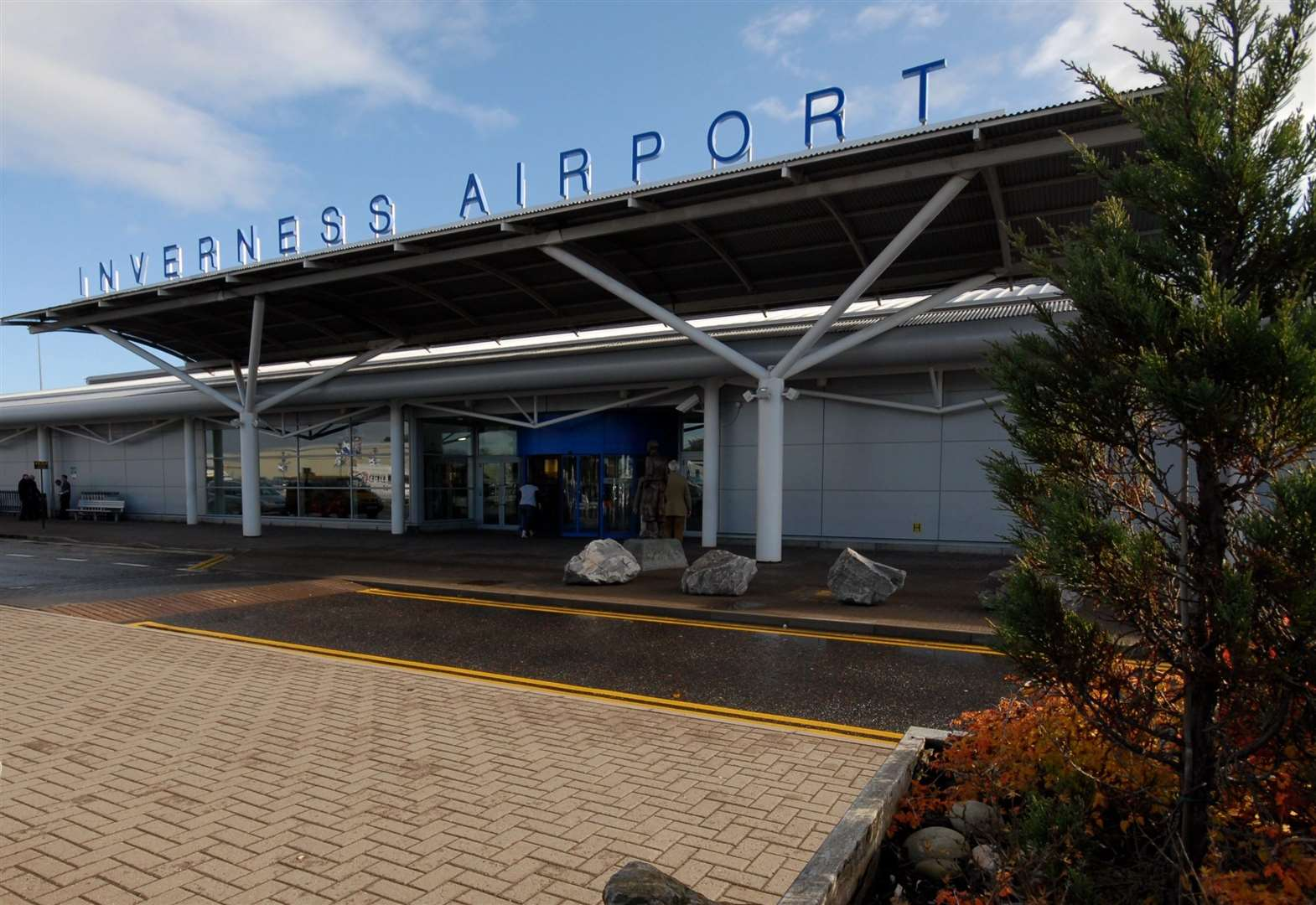 Airport pay talks continue in bid to avert strike